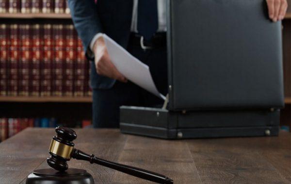 حق دفاع یا حق داشتن وکیل برای متهم